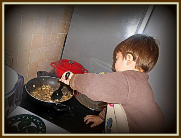 Наш бебишеф подрос и стал маме на кухне помогать