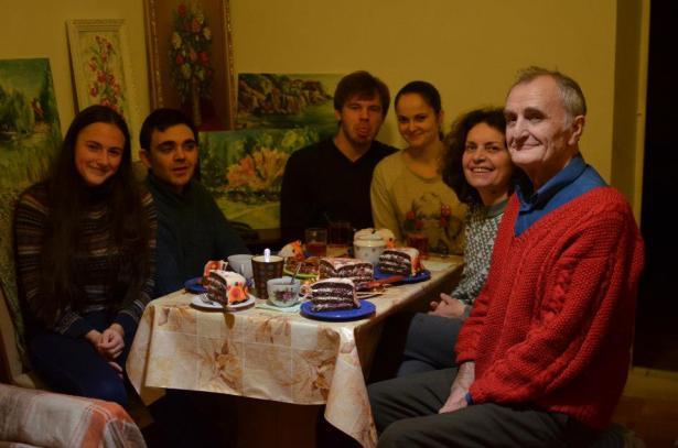 """Моя семья вокруг тортика """"Жирафик"""" по случаю Первого Дня Рождения сына Этьенна"""
