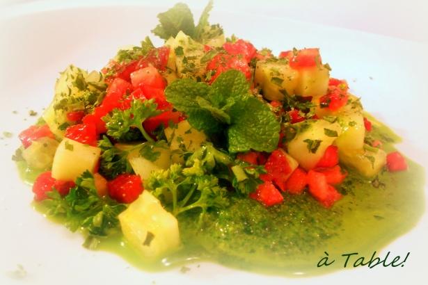Салат из клубники с травами и соусом песто из кинзы