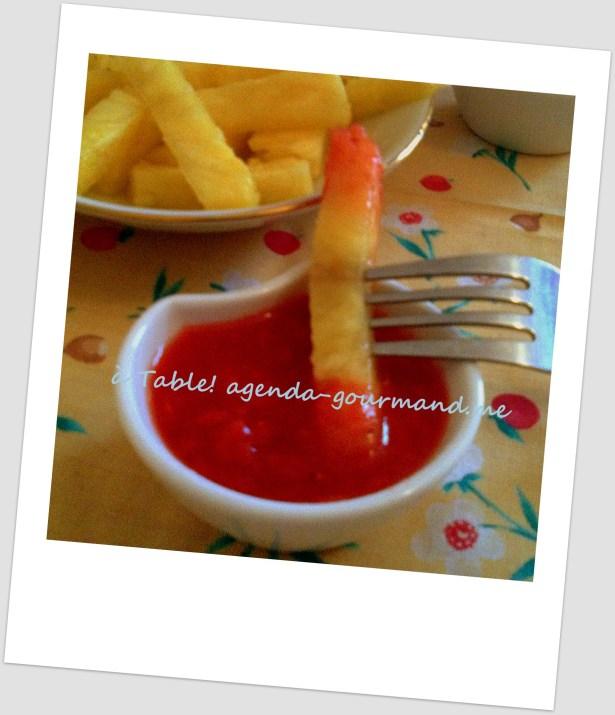 ананас фри с кетчупом из клубники