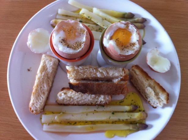 салат из белой спаржи с  яйцом всмятку