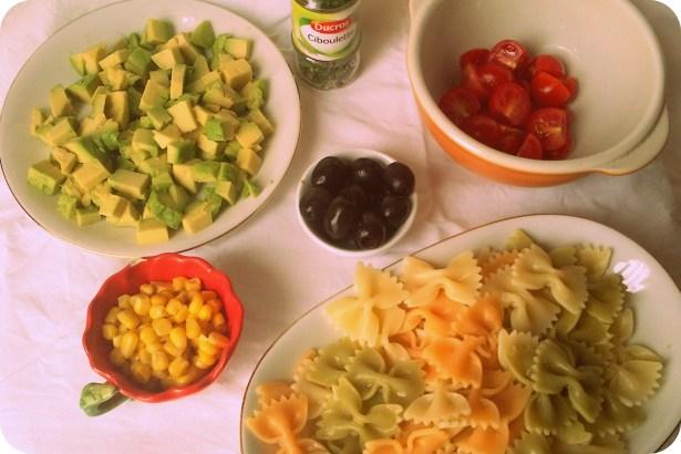 Cалат с цветной пастой  и авокадо