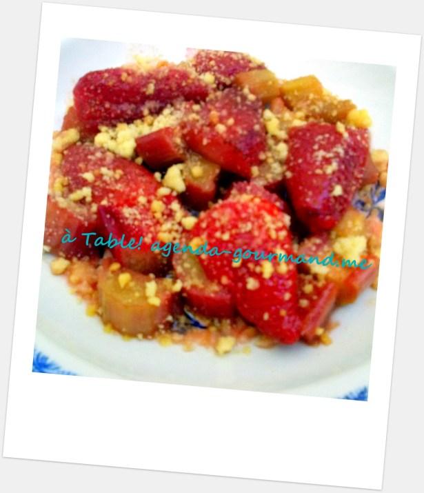 Десерт из тушённой клубники с ревнем под имбирной крошкой из песочного теста