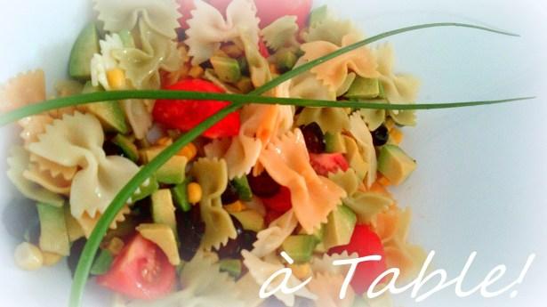 салат из цветных макарон и авокадо