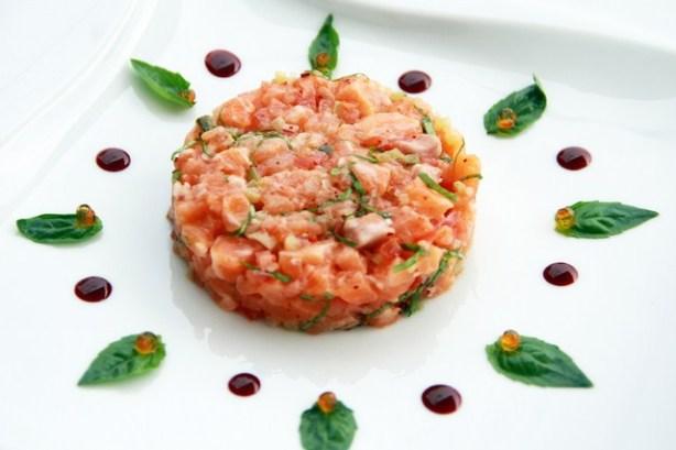 Апперитив: Тартар из форели приправленный соусом на основе оливкового масла extra virgin (первого отжима),  с добавлением пряных трав, капелькой бальзамического уксуса. Цена блюда 10€