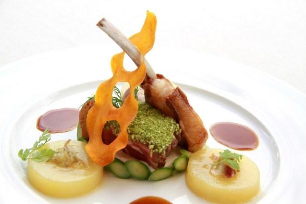 Основное блюдо: Ягненок а ля брош — еда, приготовленная на вертеле, перец Piquillo фаршированный сезонными овощами, фаршированный овощами, чесночное кофи, сок тимьяна. Цена  24 €