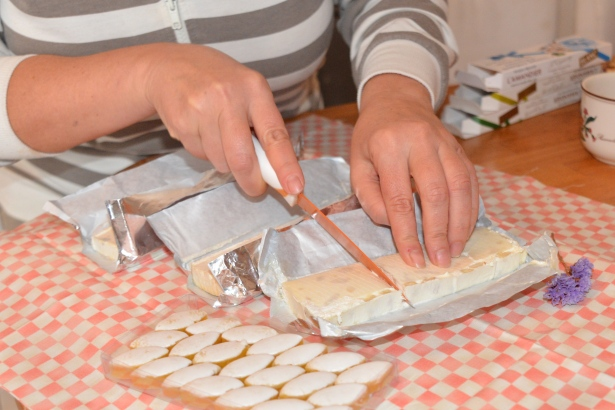 Перед подачей на стол нугу разрезают ножом, лезвие которого смочено горячей водой для того, чтобы твёрдая, но тягучая консистенция не прилипала к ножу и отлично нарезалось.