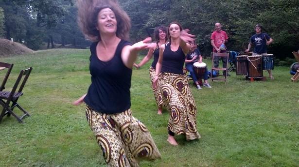 Démonstrations de dance&de musique africaine dans le Bois de Fontaine (Assotiation Txikan) А-ля африканские танцы-шманцы в местном лесу