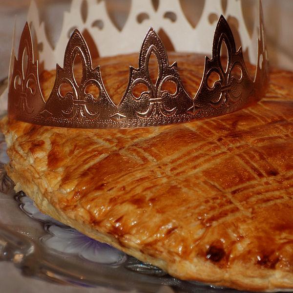 Безусловно, основным, типично французским, символом Богоявления считается украшаемый короной из серебристой/золотистой бумаги/картона Galette-des-Rois. Galette des rois aux épices et citron © Christelle Milesi