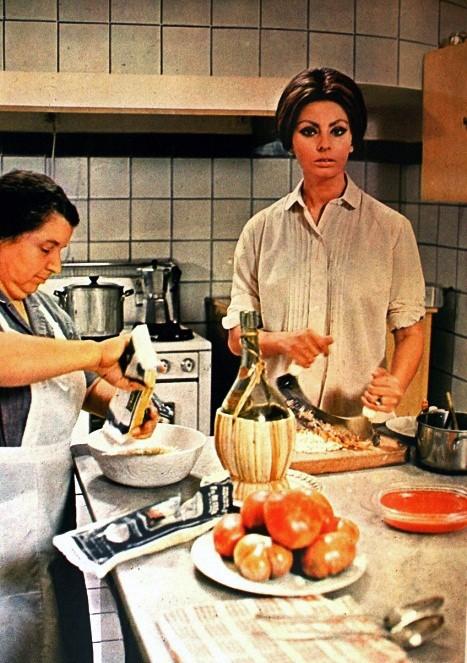 """Фото из кулинарной книги Софи Лорен """"Готовим с любовью"""" (1971 г.)."""