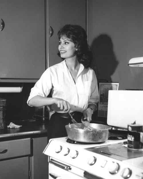 Софи Лорен Небожительница, которая  очень любит возиться с кастрюлями на кухне
