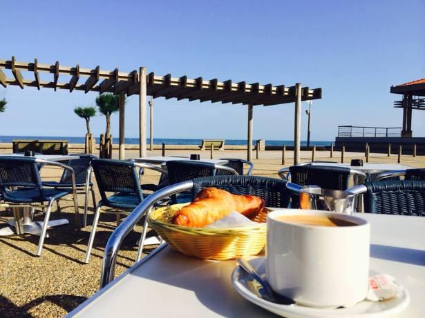 Завтрак в идеале. Bonne journée au Pays Basque qui commence ! — at Anglet Plage.