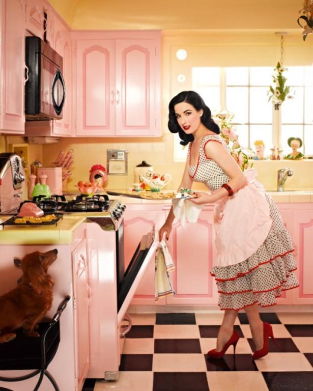 Кухня Диты отражает общую атмосферу её дома: нежные, игрушечные персиковые тона, винтажная мебель и техника, множество статуэток и интересных мелочей. А вы находите такую обстановку уютной?