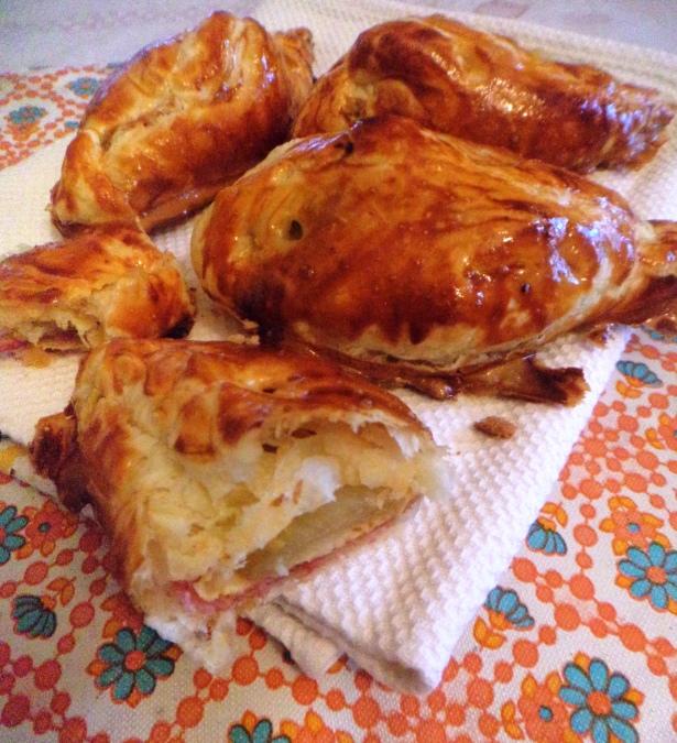 По-французски эти чудесные слойки называются шоссонами - chaussons aux endives, что дословно означает... «тапки с эндвивием».