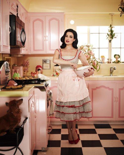Ну что ж, под стать своей необычной хозяйке, такая вполне кукольная кухня. Как на пин-аповских картинках - почти нереальная. Но тона, приятные глазу. Королева бурлеска Дита фон Тиз Дита прекрасна, и в этих интерьерах смотрится гармонично.