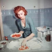 Небожительница, которая  очень любит возиться с кастрюлями на кухне