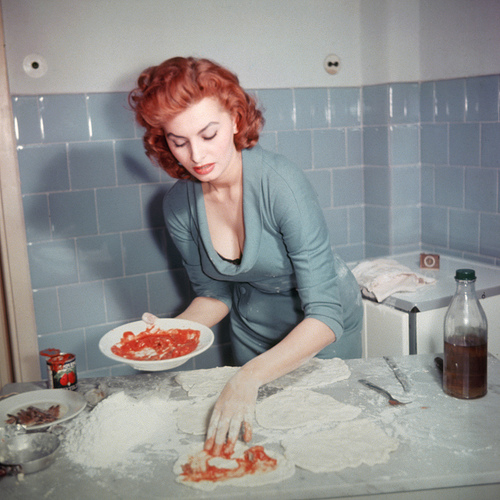 Софи Лорен, делает пиццы. Italian actress Sophia Loren prepares an Italian dish, circa 1965. (Photo by Archive Photos/Getty Images)