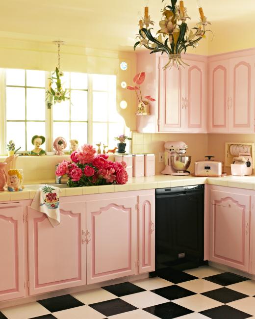 Да, такая, очень девочковая кухня. :) Не то, чтобы я поклонница именно такого стиля, но сочетание розового и бледно-желтого показалось ближе к женскому. Потрясающе красивый и чувственный розовый цвет нравится и юным девушкам, и романтически настроенным женщинам, причем он подходит всем - и блондинкам, и брюнеткам.